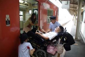 ディーゼルカーからの下車:傾斜があるため車椅子の背もたれを倒したり、車椅子の背面に荷物をたくさん積むと危険。