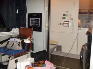寝台特急カシオペアの身障者用個室。奥のトイレは車椅子対応